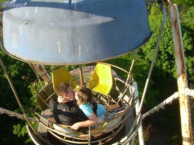 coppia di innamorati sulla ruota panoramica